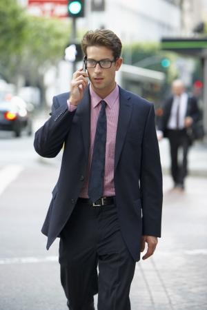 personas en la calle: Hombre de negocios fuera de la oficina en el tel?no m?
