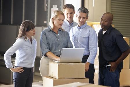 manufactura: Trabajadores en el almac?n de distribuci?n Foto de archivo