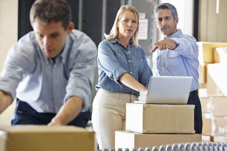 gestion empresarial: Trabajadores en el almac�n de distribuci�n