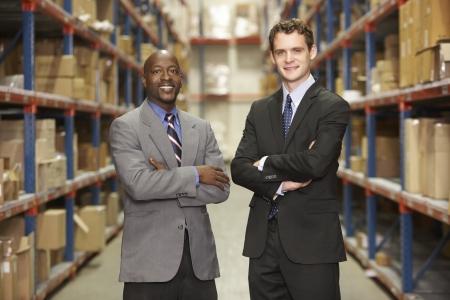 dirección empresarial: Retrato de dos empresarios en almac?n