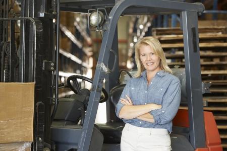 fork lift: Retrato De La Mujer Con Tenedor Lift Truck En Almac?n Foto de archivo