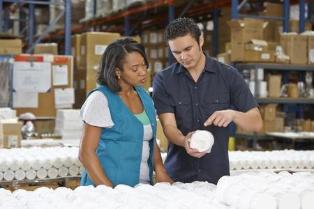 fabrikarbeiter: Factory Worker Ausbildung Kollegen auf Flie�bandfertigung Lizenzfreie Bilder