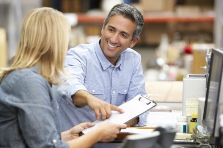 gestion empresarial: Colegas de negocios que trabajan en el escritorio en almac�n Foto de archivo