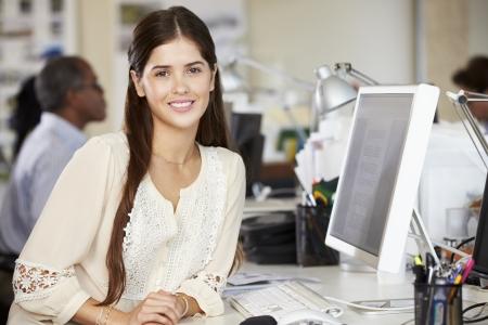 obreros trabajando: Mujer que trabaja en el escritorio en la oficina creativa Ocupado Foto de archivo