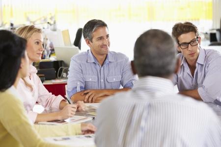 reunion de personas: Reuni�n del equipo en la Oficina de Creative