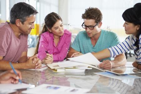 obreros trabajando: Reuni�n del equipo en la Oficina de Creative