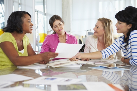 mujeres trabajando: Grupo de mujeres de la reuni�n en la oficina de Creative