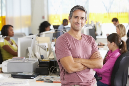 비즈니스맨: 바쁜 창조적 인 사무실에 서있는 사람의 초상화