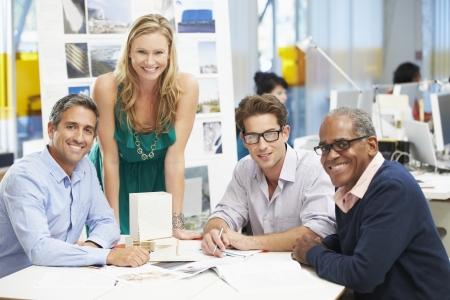 trabajador oficina: Retrato de equipo en la oficina de Creative