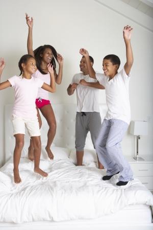 家族一緒にベッドにジャンプ