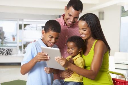 家族一緒に台所でデジタル タブレットを使用して