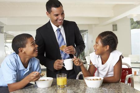 familia comiendo: Padre que desayunan con ni�os Antes Trabajo