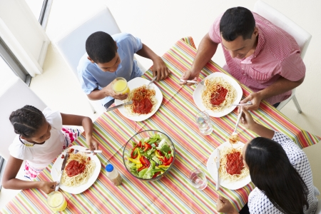 familia comiendo: Vista desde arriba de la familia que come una comida juntos