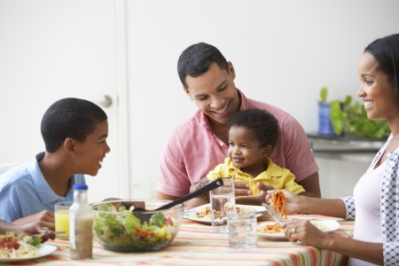 famille africaine: Famille mangeant repas à la maison