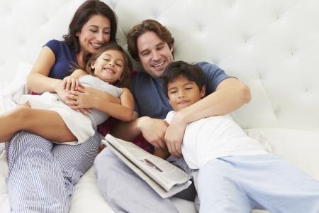 커피와 신문 침대에서 휴식 가족 스톡 콘텐츠 - 24446584