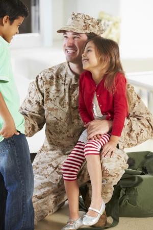 soldado: Ni�os Tarjetas Militar Padre casa de permiso Foto de archivo