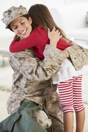 休暇の娘挨拶軍母ホーム 写真素材