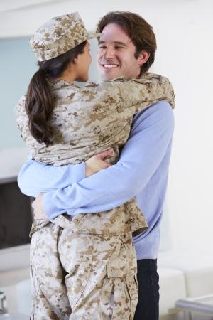 esposas: Marido Saludo militar de la esposa a casa de permiso Foto de archivo