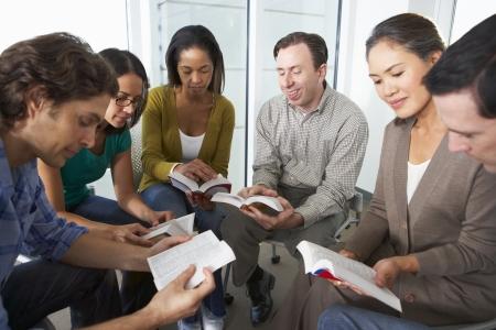 성경 그룹이 함께 읽고 스톡 콘텐츠