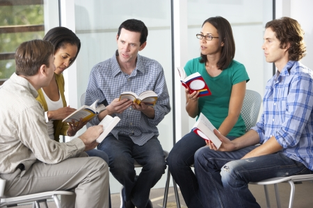 biblia: Grupo de lectura de la Biblia, junto Foto de archivo