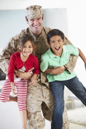 üniforma: Izinli Askeri Baba Ev Tebrik Çocuklar Stok Fotoğraf
