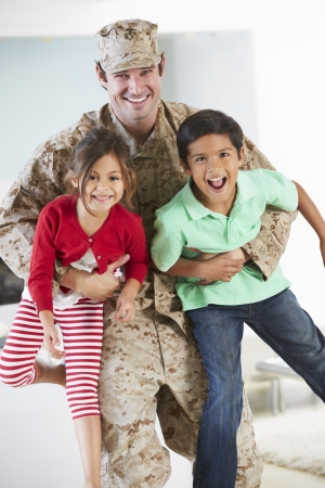 Niños Tarjetas Militar Padre casa de permiso Foto de archivo