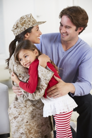 mujer soldado: Familia Saludo Militar madre a casa de permiso