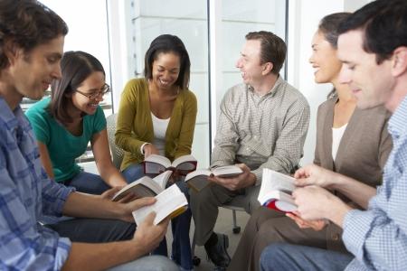 persona leyendo: Grupo de lectura de la Biblia, junto Foto de archivo