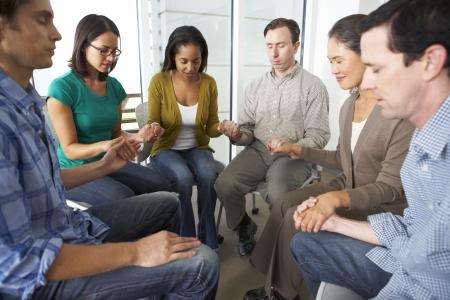 聖書グループ一緒に祈る