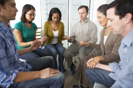 manos orando: Grupo Biblia Orando Juntos Foto de archivo
