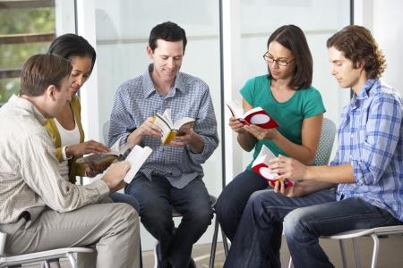 personas leyendo: Grupo de lectura de la Biblia, junto Foto de archivo