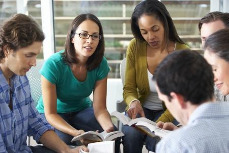 estudiando: Grupo de lectura de la Biblia, junto Foto de archivo