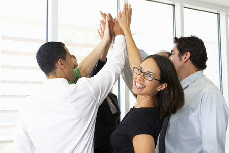 working people: Business Team Giving Ein weiteres High Five
