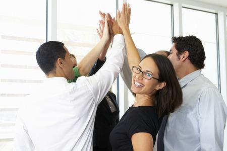 mujeres trabajando: Equipo De Negocios Que Da One Another High Five