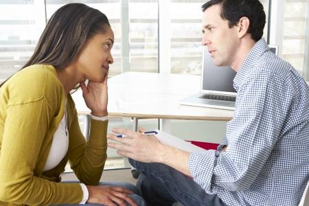 dos personas hablando: Mujer Que Tiene Terapia