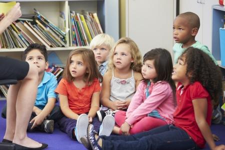persona leyendo: Los alumnos de primaria en el aula de trabajo con el profesor