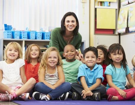 교사와 교실에서 초등학교 학생들의 그룹