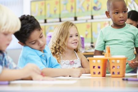 maestra preescolar: Grupo de niños de primaria en clase de arte con el maestro