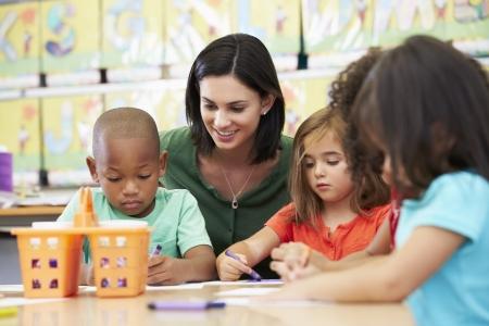 ni�os ayudando: Grupo de ni�os de primaria en clase de arte con el maestro