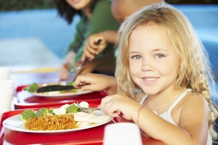 Les élèves du primaire Bénéficiant déjeuner sain à la cafétéria Banque d'images - 24488437