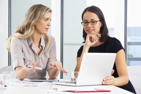 dos personas hablando: Two Meeting Empresarias En Oficina