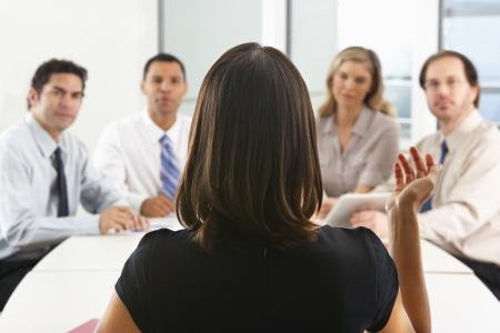 회의실에서 CEO가 연설하는대로 뒤에서 바라본 전망