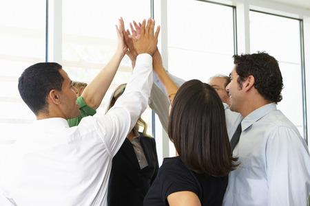 team working: Squadra di affari Dare One Another High Five