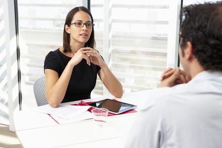 entrevista de trabajo: Empresaria Entrevista Male candidato para empleo