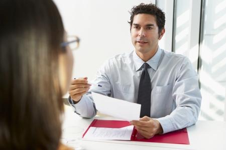 entrevista de trabajo: Empresario Entrevista Mujer candidato para empleo Foto de archivo
