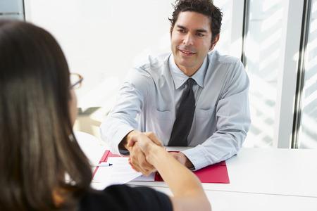interview job: Empresario Entrevista Mujer candidato para empleo Foto de archivo