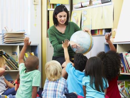 maestro dando clases: Los alumnos de primaria en clase de geograf�a con el profesor