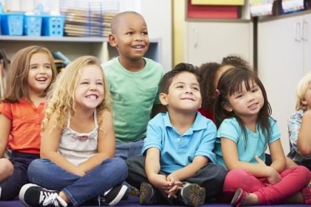 教室で小学生達のグループ