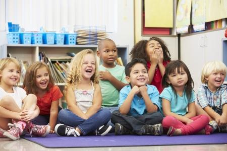 escuela primaria: Grupo de alumnos de primaria en el aula Foto de archivo