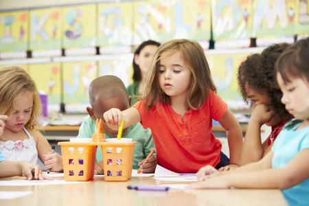 Groep van elementaire leef tijd kinderen in de kunst klasse Met Leraar